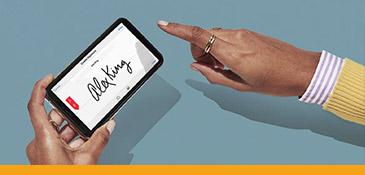 Vrouw die een digitale handtekening plaatst op haar mobiel.