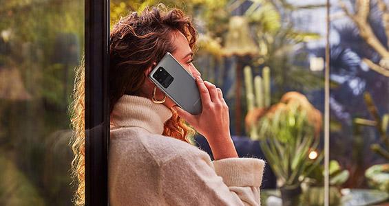 Vrouw die belt met haar Samsung Smartphone.
