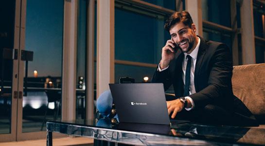 Man die een dynabook laptop gebruikt.